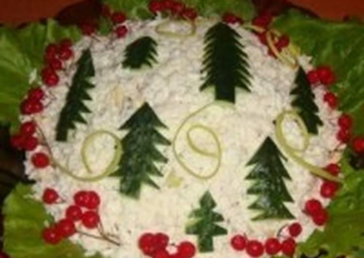 Салат с овощами, фруктами, грибами и курицей «Новогодняя елочка»