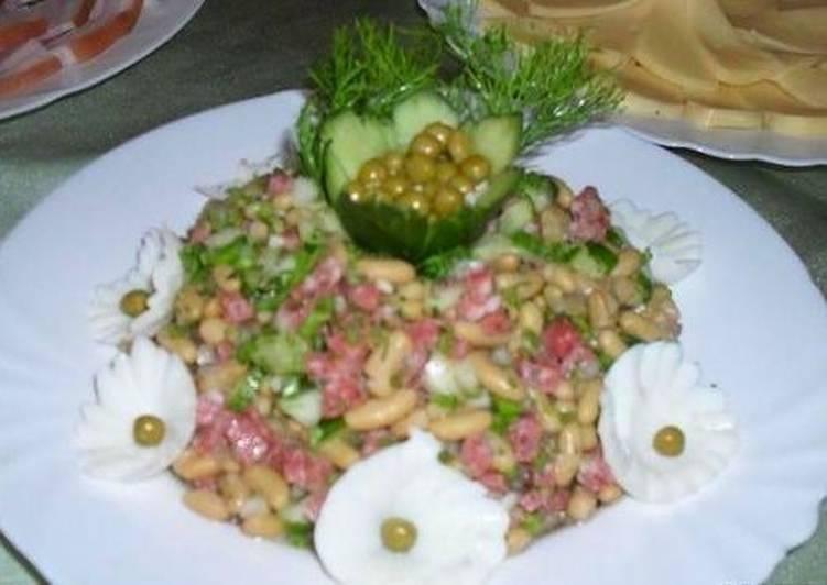 Салат с горошком, фасолью и колбасой