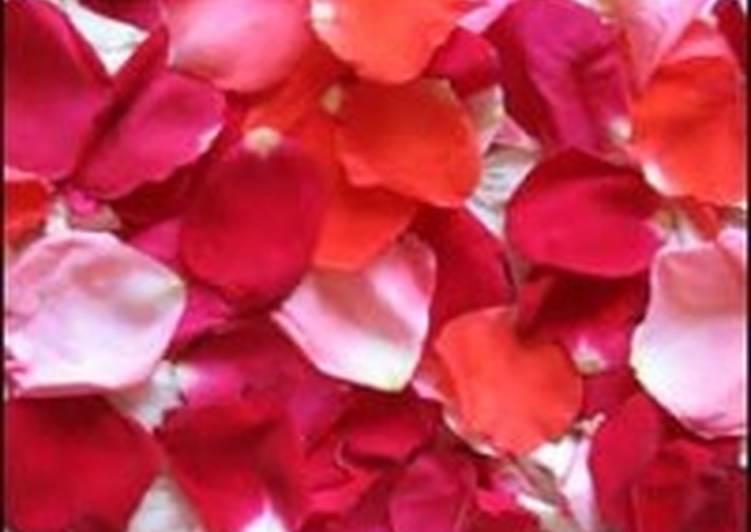 Компот крыжовенный с лепестками роз