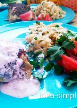 Курица панированная под розовым соусом с салатом из яблок, сельдерея и сыра