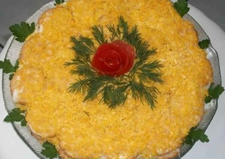 Новогодний салат-торт с крекерами и рыбой