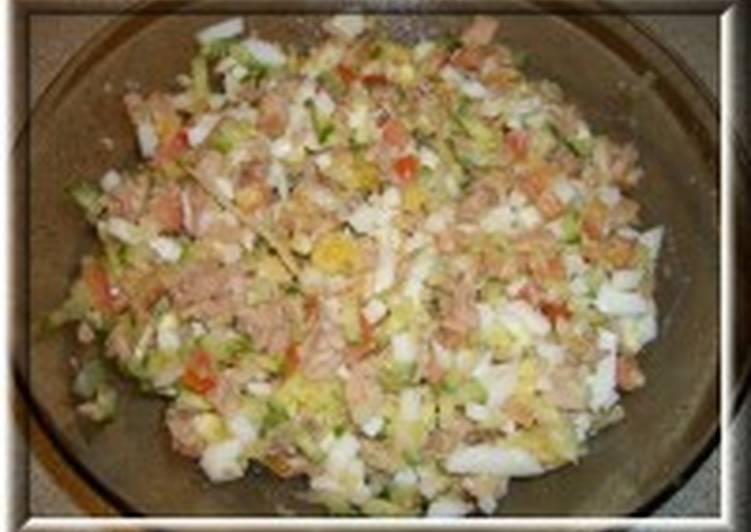 Салат из печени трески с яйцом и овощами