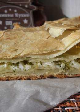 Пирог из слоеного теста с сырной начинкой