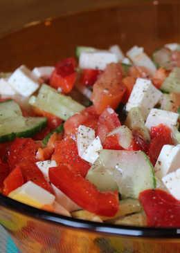 Свежий овощной салат с сыром фета и сельдереем