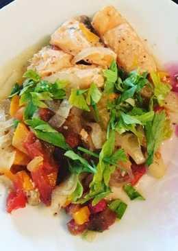 Тушеный лосось с овощами в духовке