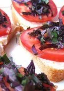 Летние бутерброды с томатом и базиликом