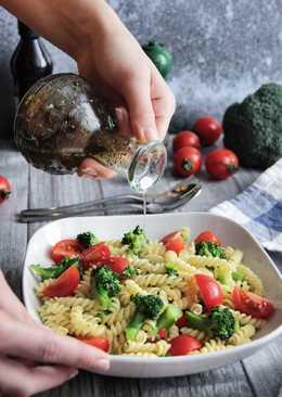 Салат с пастой, черри и брокколи