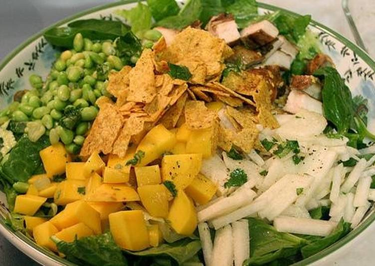 Азиатский салат с курицей и манго