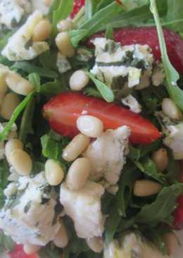 Салат с клубникой, рукколой, кедровыми орешками и сыром дор блю