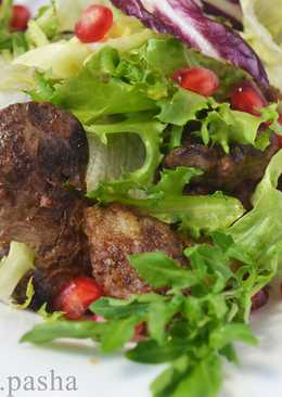 Теплый салат с куриной печенью и гранатом