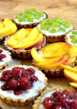 Тарталетки из песочного теста с заварным кремом и фруктами