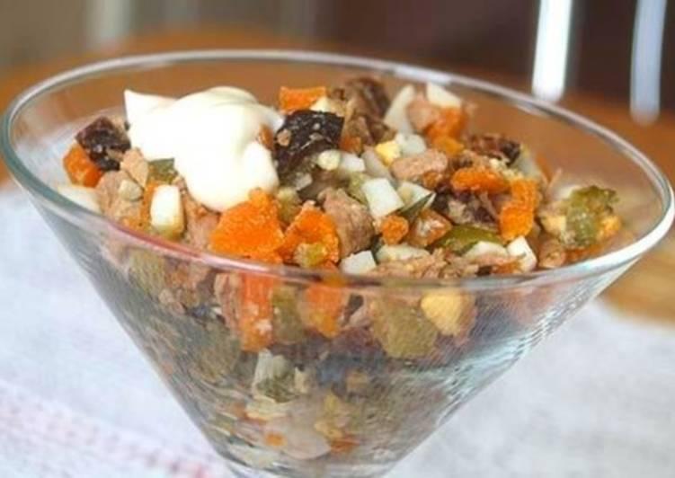 Салат с мясом, морковью, яйцами и черносливом