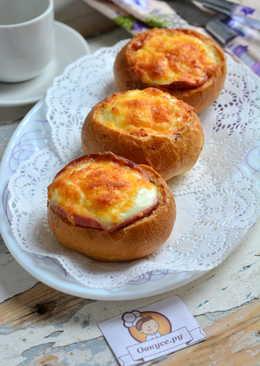 Яичница, запеченная в булочке с колбасой и сыром