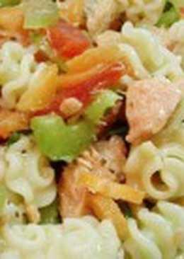 Салат с макаронами, овощами и красной рыбой