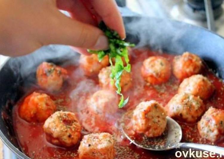 Индюшачьи фрикадельки в остром томатном соусе под сыром