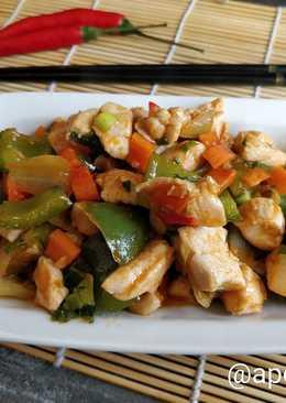 Курица с овощами и зеленью в кисло-сладком соусе