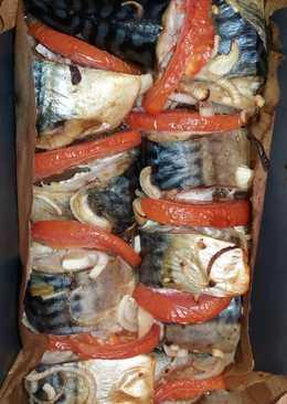 Скумбрия запеченная с луком и помидорами