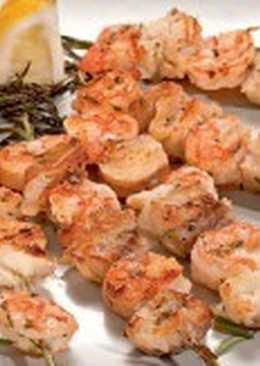 Шашлыки из белой рыбы и креветок