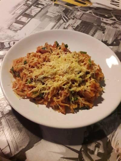 Спагетти с томатной пастой, кроликом и сыром