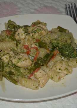 Паста с куриной грудкой, овощами и сметанным соусом