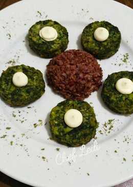 Биточки из брокколи и шпината с красным рисом