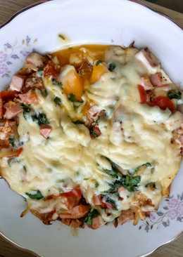 Яичница с колбасой и сыром