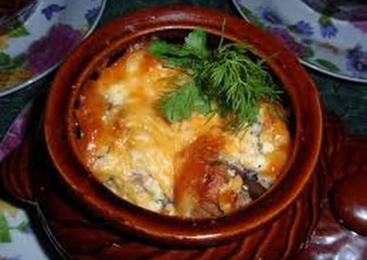 Мясо в горшочке с сыром и картофелем фото