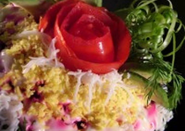 Салат из авокадо с красной рыбой и свеклой