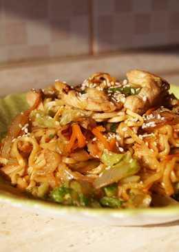 Лапша быстрого приготовления по-азиатски в стиле Якисоба
