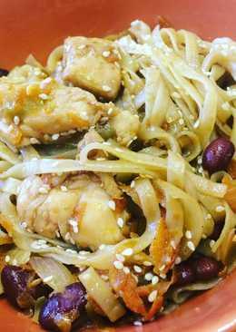 Рисовая лапша Фо-хо с курицей красной фасолью и овощами