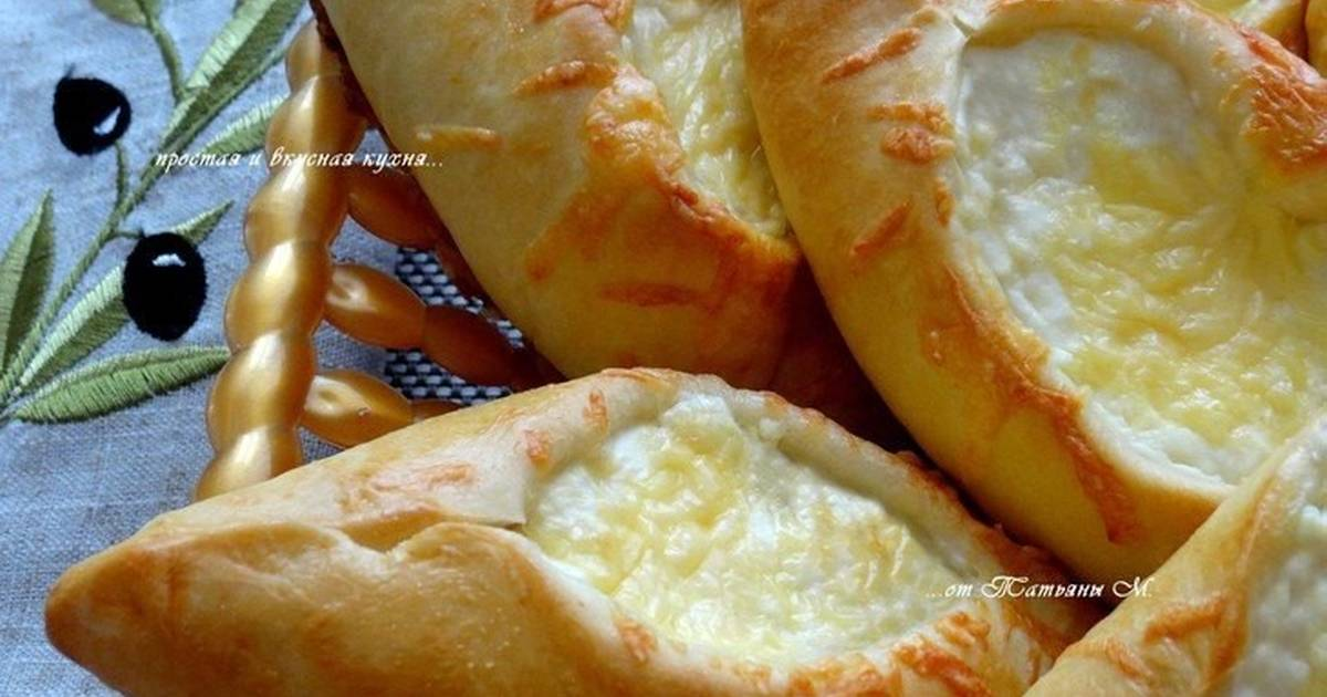 Все пласты теста потом обильно смазываются маслом и уже потом прокладываются либо сырной, либо мясной начинкой.