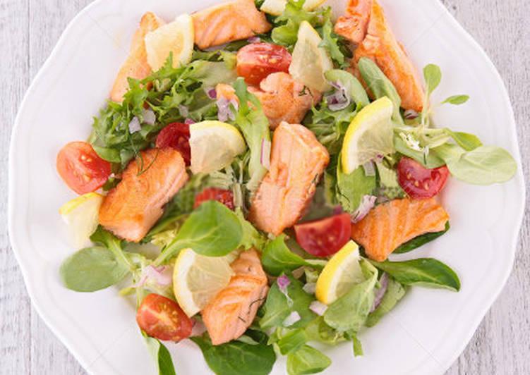 Новогодний салат с сёмгой и креветками