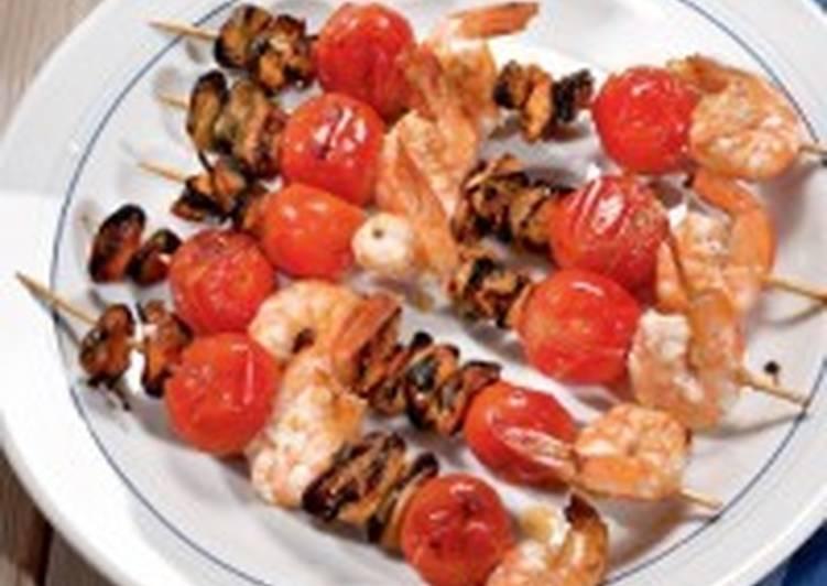 Шашлыки из морепродуктов и помидоров