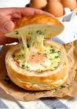 Горячие булочки с яйцом, сыром и ветчиной на завтрак