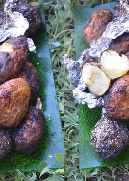 Ароматный картофель в углях на мангале