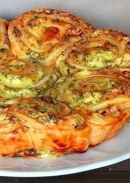 Закусочный пирог, который легко можно разобрать на порционные булочки-завитушки