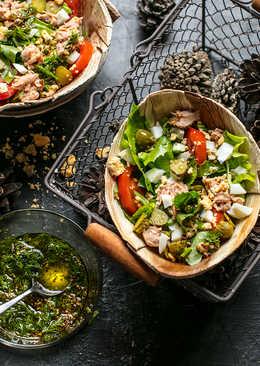 Салат с рыбой, корнишонами и помидорами