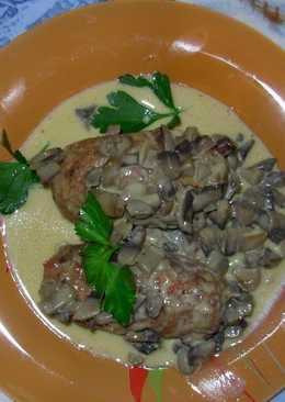 Мясные рулеты под грибным соусом