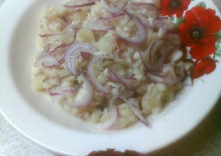 Рыбный салат с крымским луком