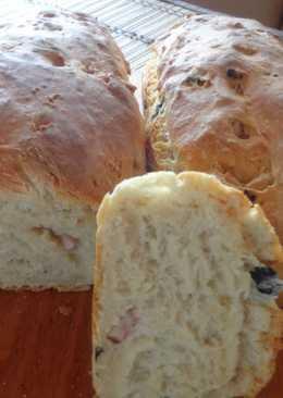 Хлеб с оливками и беконом