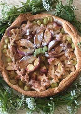 Пирог с ревенем, яблоками и персиками