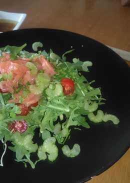 Салат на завтрак с красной рыбой