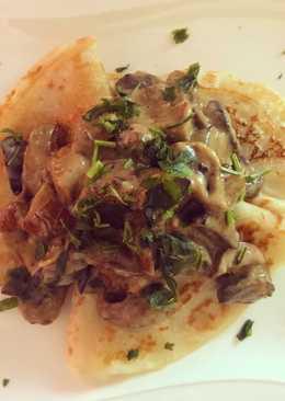 Картофельные блины с тушеными в овсяных сливках белыми грибами