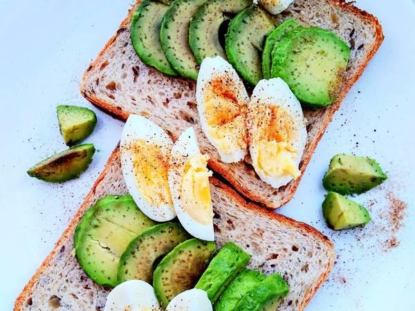Тосты с авокадо и яйцом