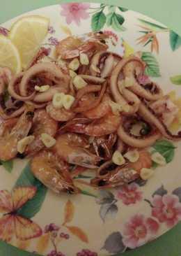 Жаренные креветки с щупальцами кальмара