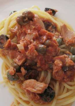 Спагетти с тунцом, каперсами и оливками