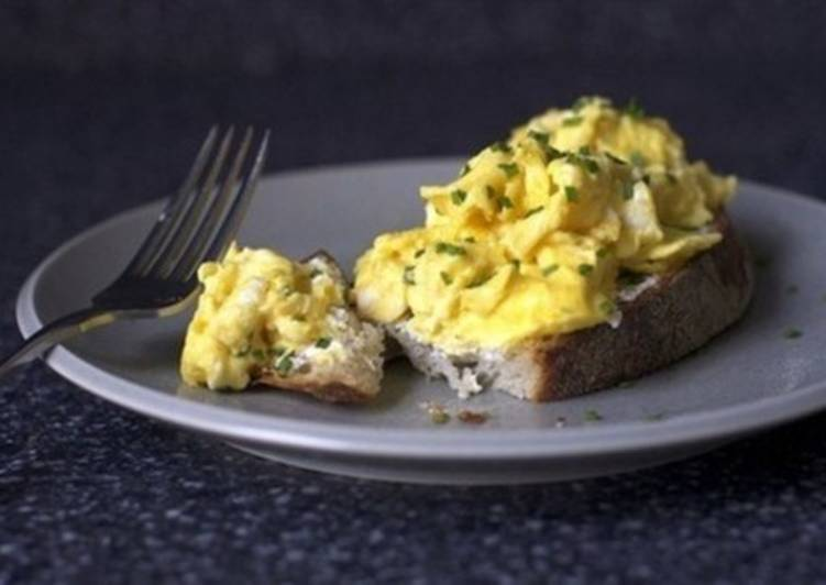 Сэндвич с зеленью, сыром и яйцом