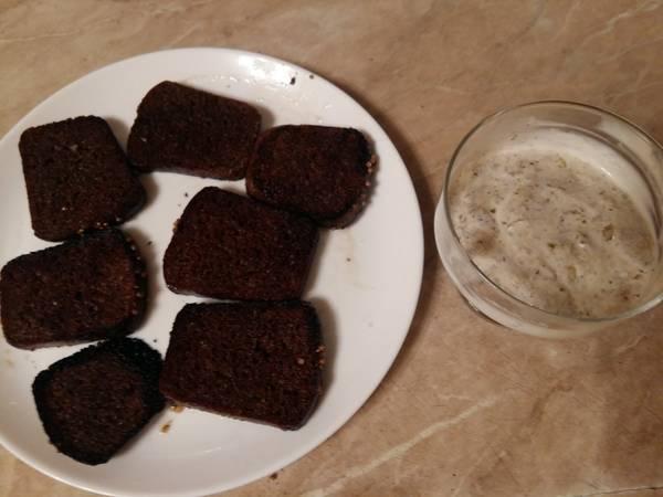 Гренки со сметано-чесночным соусом