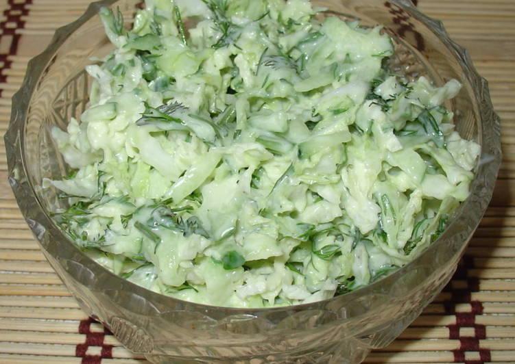 Салат из молодой капусты с сыром фета