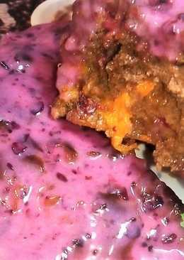 Шоколадный пирог с вишней и абрикосами со сметанно-ягодным кремом